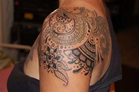 tattoo mandala epaule tatouage femme epaule mandala