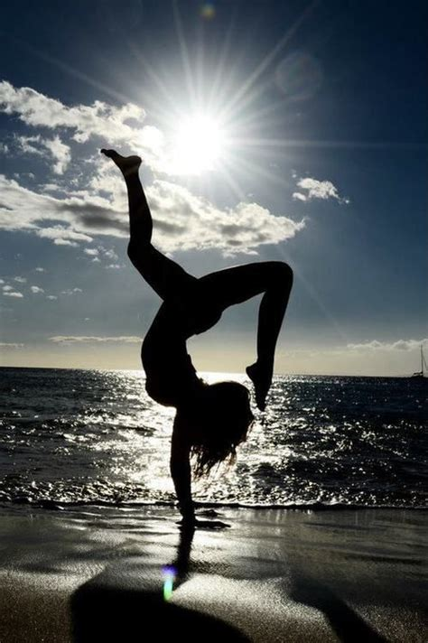 imagenes yoga playa beach yoga yoga pinterest parada de manos playas y