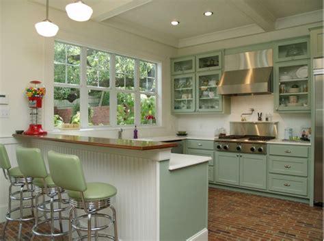 maximizing cabinet color to create retro style kitchen designs mykitcheninterior miętowe hokery w kuchni w stylu retro kuchnia w stylu