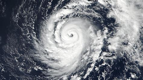 what is a hurricane l l ouragan ophelia poursuit sa route vers l irlande