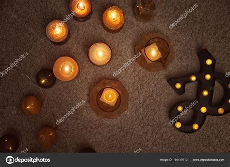 immagini candele accese candele accese sul pavimento all interno vista dall alto