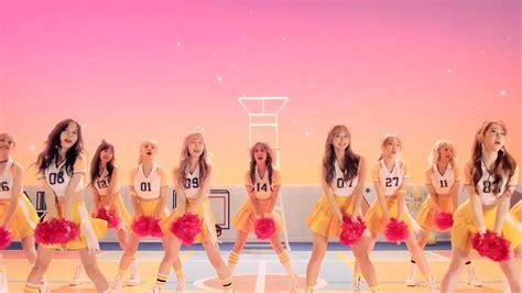 Kaos Bulan Agustus Lahir makna tersembunyi di balik kostum panggung idol kpop inikpop
