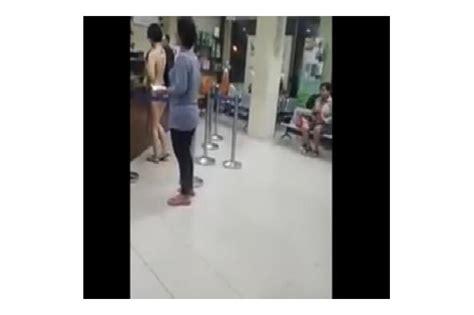 Jas Di Mangga Dua Wanita Terlihat Melintas Di Jalan Mangga