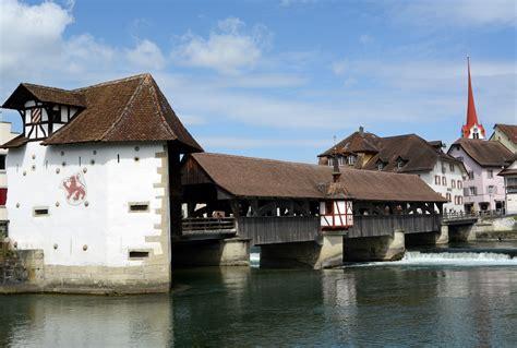 ingresso in svizzera bremgarten il caratteristico ponte di legno all ingresso