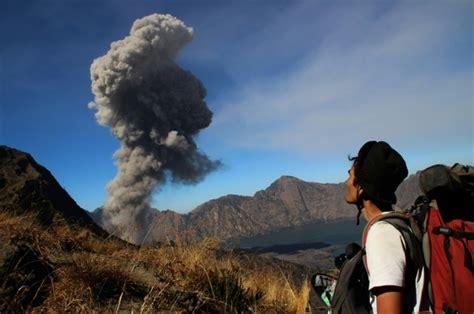 emirates volcano bali tourists evacuated as indonesian volcano erupts emirates