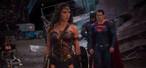 film bioskop terbaru batman vs superman simak galeri foto behind the scene terbaru dari batman v