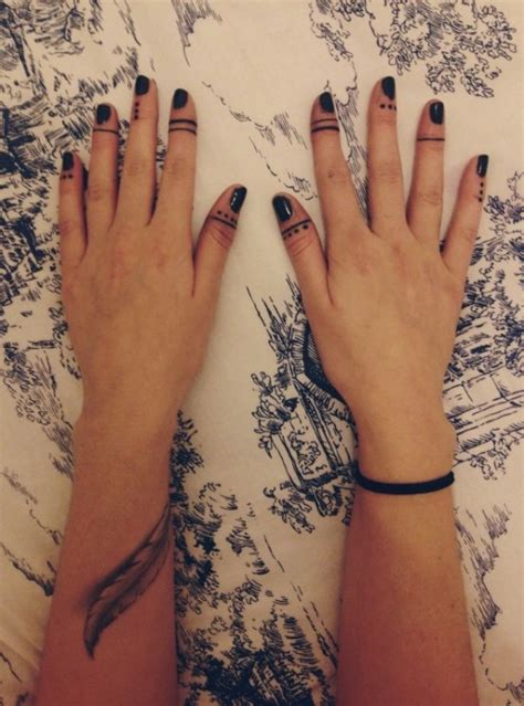 fingers tattoologist