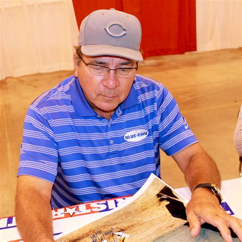 johnny bench hand size file johnny bench signs autographs in may 2014 jpg
