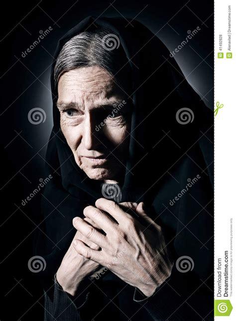 imagenes de luto mujer la mujer mayor sola adentro est 225 de luto y dolor foto de