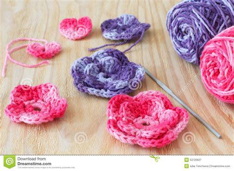 fiori fatti con l uncinetto rosa e porpora fatti a mano lavorano all uncinetto i fiori