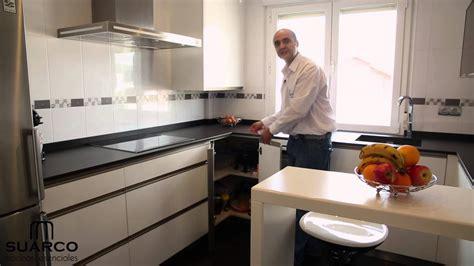 video cocinas blancas modernas sin tiradores  encimera