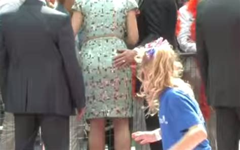 palpare il sedere il sindaco che tocca il sedere alla d olanda