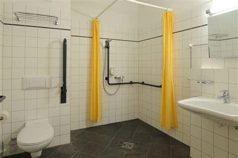 behindertengerechte badezimmer designs barrierefreie hotelzimmer in berlin hotel augustinenhof