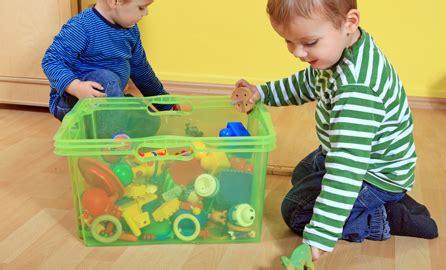 imagenes niños recogiendo sus juguetes pasos para aprovechar el verano para mantener el orden en casa