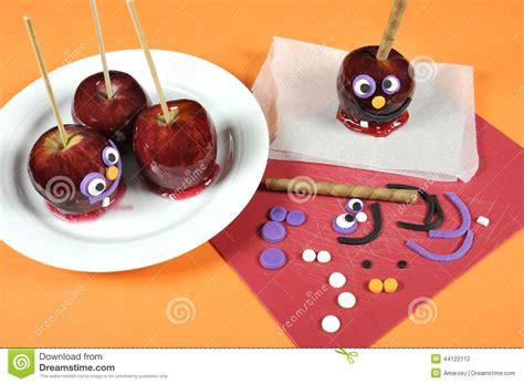 imagenes insolitas y divertidas adornamiento de manzanas rojas del caramelo con las caras