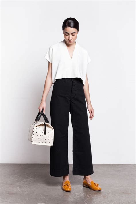 Atasan Tanpa Lengan Blouse Crop Top Putih Free Size Baru white blouse with cropped black and tasseled loafers