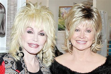 broadway com photo 1 of 4 dolly parton and sis make 9 to 5 a family affair