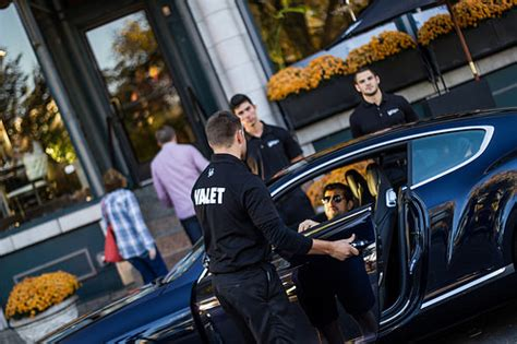 9 rules to follow when it comes to tipping the valet