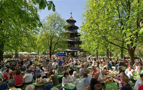 biergarten münchen englischer garten 200 jahre biergarten das wei 223 blaue wohnzimmer panorama
