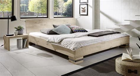 bett komforthöhe rustikales futonbett aus massiver wildeiche sillaro
