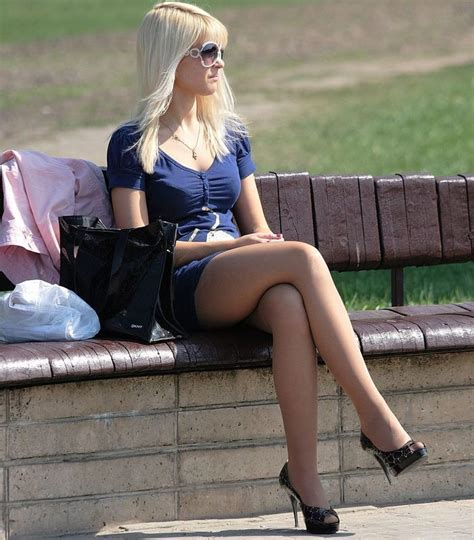 donne sedute con gambe accavallate candid with legs crossed wearing high heels and