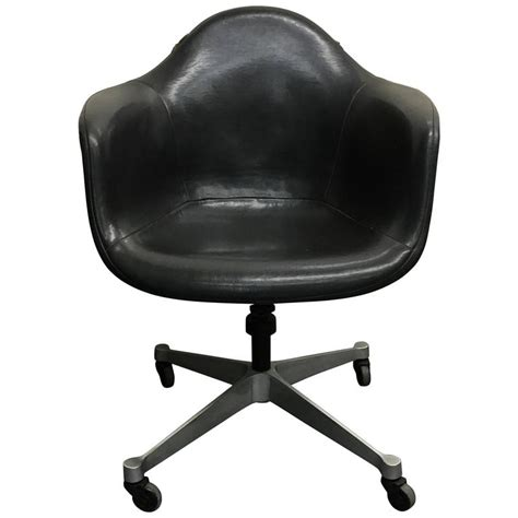 Eames For Herman Miller Dat 1 Swivel Desk Chair At 1stdibs Eames Swivel Chair