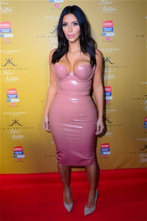 imagenes con latex kim kardashian envuelta en latex en la presentaci 243 n de