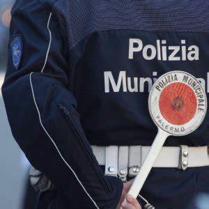 polizia municipale napoli ufficio contravvenzioni quot cos 236 i vigili cancellavano le multe quot quattro agenti