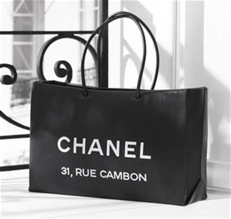 Chanel 31 Rue Cambon Tote Tas Branded Tas Cantik Tas Import luxury shoppers do brisk business selling paper shopping bags jing daily