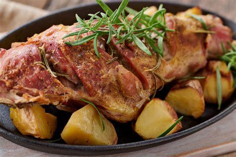 come cucinare il cosciotto di agnello cosciotto di agnello al forno con patatine novelle
