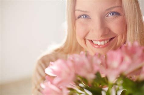 imagenes mujer alegre mujer alegre con flores rosas descargar fotos gratis