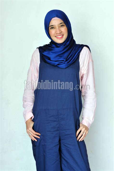 Overall Cantik dhini aminarti kenakan overall warna biru cantik