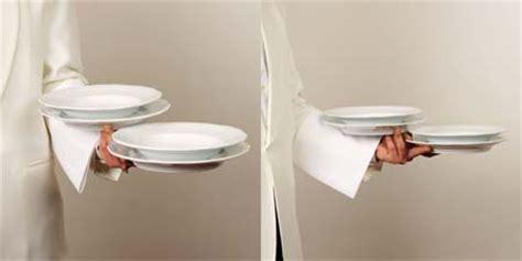 come servire a tavola cameriere b4 5 come si portano piatti vassoi e bicchieri salabar it