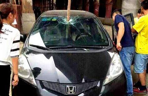 Lu Bola Depan Honda kaca depan honda jazz tertancap besi konstruksi okezone news
