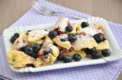 kuchen mit blaubeeren kaiserschmarrn mit blaubeeren stockbild bild kuchen