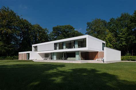 Split Level Home Designs by Una Casa Con Amplias Marquesinas Realizada Por Cubyc