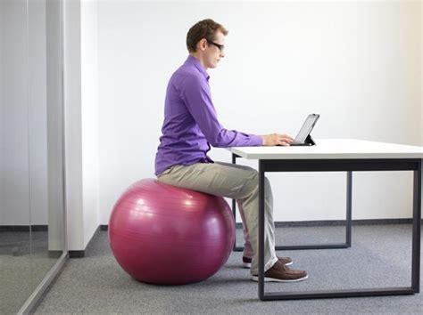 ufficio sta rizzoli sul pallone sulla sedia dondola o anche in piedi in