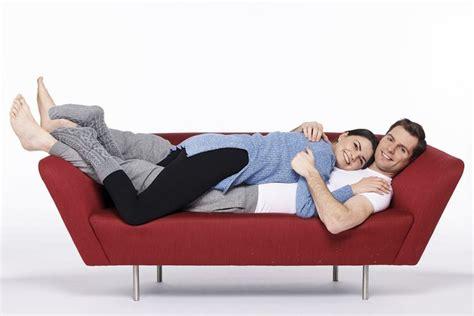 positions on a couch membaca status hubungan dengan pasangan berdasarkan posisi
