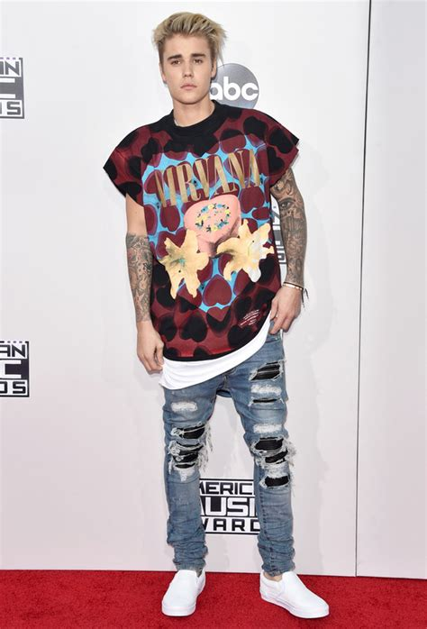 justin bieber tattoo dress up amas 2015 bieber turns up in t shirt as selena sizzles in