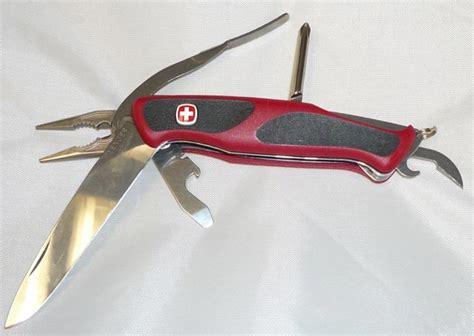 Pisau Saku Swiss Army 13 perlengkapan pendakian bagi pemula yang sering terlupakan