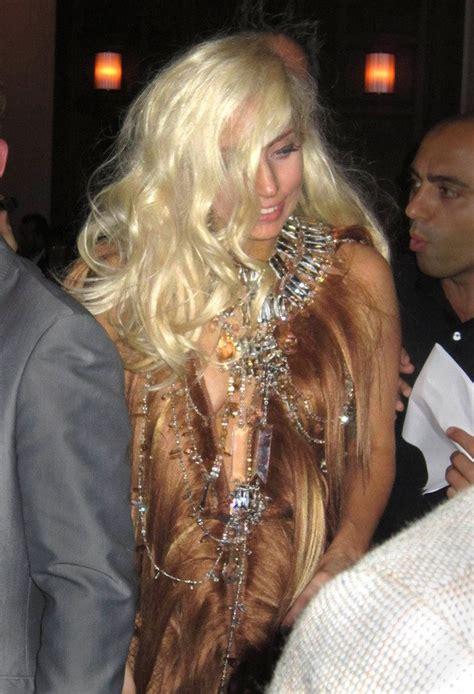 Fakta Unik Baju Gaga gaga dengan gaun bahan rambut kapanlagi