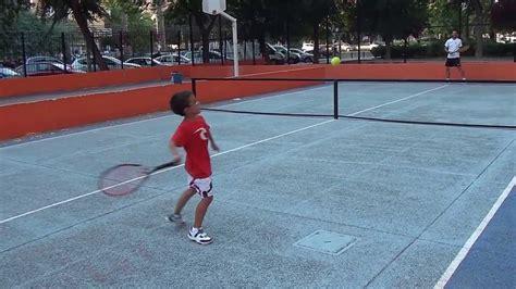 imagenes niños jugando tenis jorge ni 241 o 5 a 241 os jugando al tenis youtube