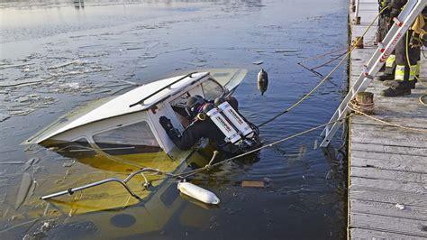 gezonken boot nh brandweerduikers zoeken in gezonken bootje naar