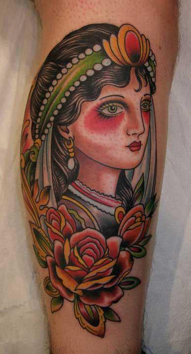 tattoo old school femme tatouage old school gitane avec des rose inkage