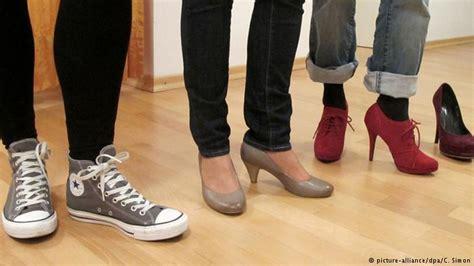 Sepatu Converse Rusak kebiasaan orang asia bertelanjang kaki di rumah yang ditiru eropa semua konten media dw