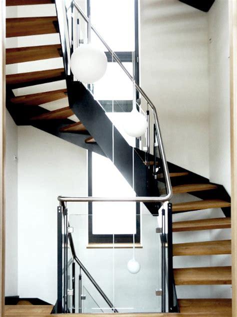 Treppenhaus Einfamilienhaus Offen by Modernes Treppenhaus Mit Wangentreppe In Einfamilienhaus