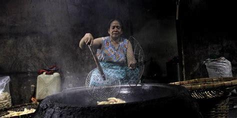 Wajan Penggorengan Kerupuk menyusup ke dapur pembuatan kerupuk kulit kerbau darwin chai