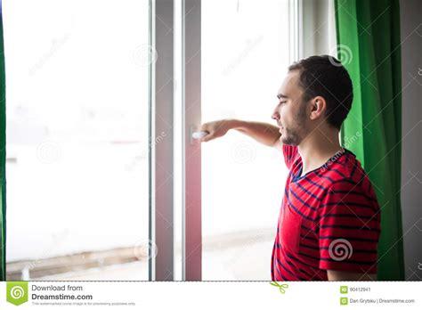 brustmuskeltraining zu hause mann mann 246 ffnet das fenster zu hause um den raum morgens zu