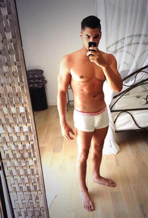 guy bathroom selfie men officially vainer than women uk males spend 335 days