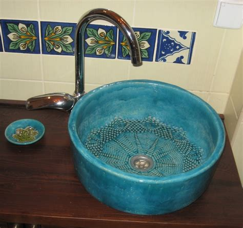 bemalte keramik waschbecken rustikal waschbecken badezimmerideen innenausbau